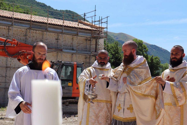 La posa della prima pietra del nuovo monastero di San Benedetto a Norcia in Umbria (foto Ansa)