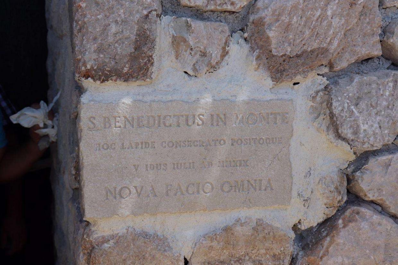 La targa del nuovo monastero di San Benedetto a Norcia in Umbria (foto Ansa)
