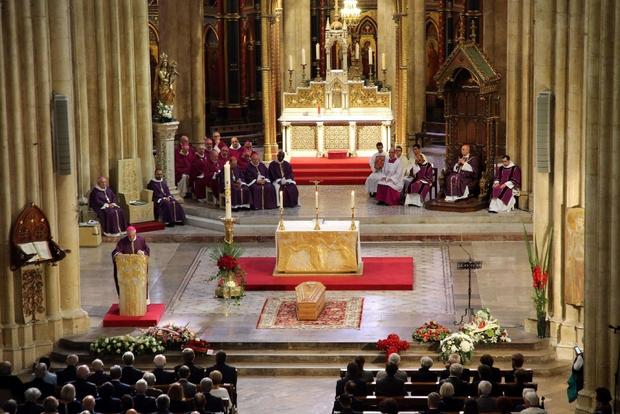 Un momento del rito funebre che si è celebrato nella cattedrale di Notre-Dame di Bayonne (Ansa)