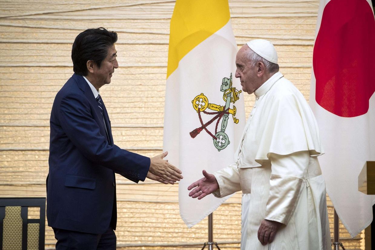 Con il premier Shinzo Abe (Ansa)