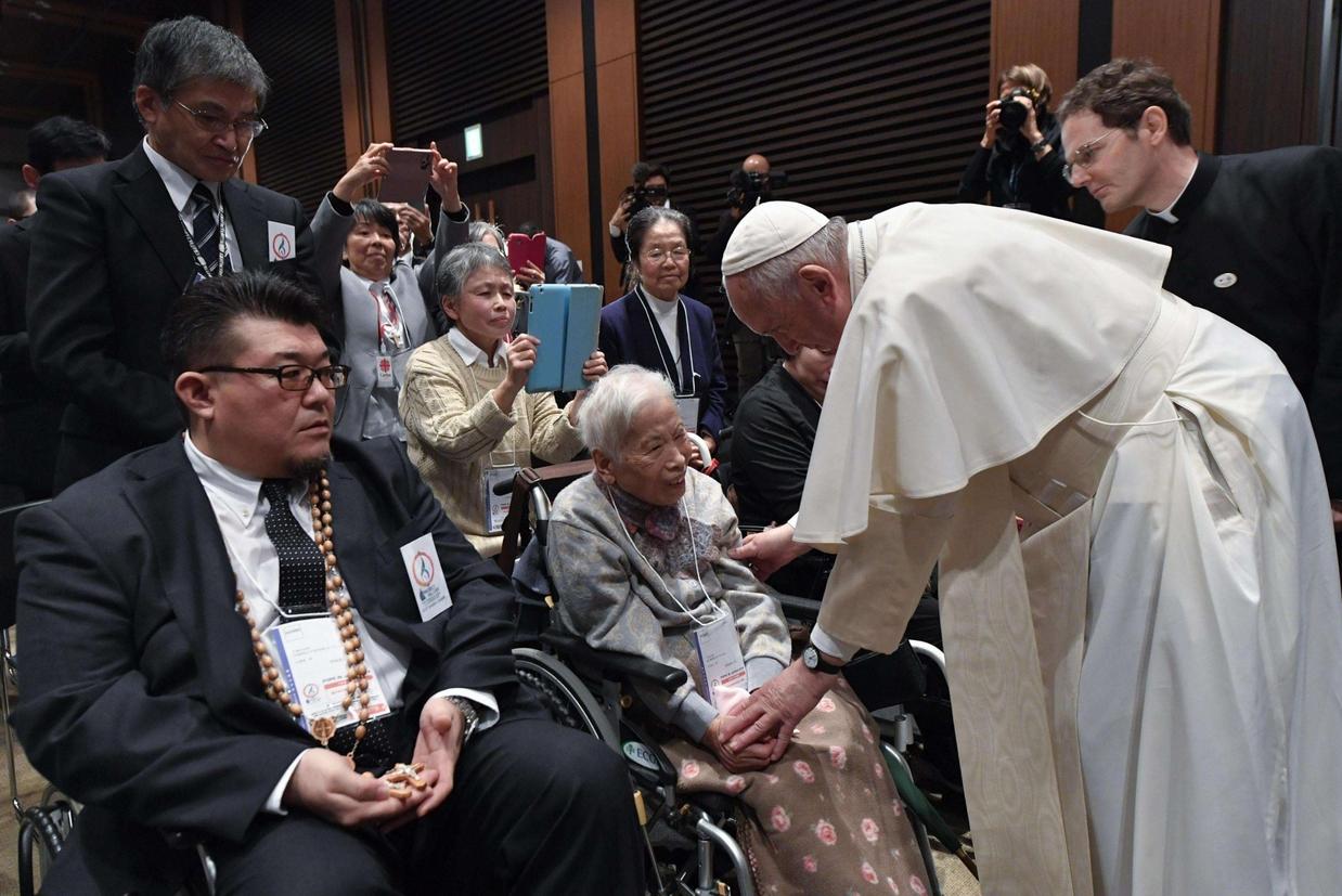 Francesco saluta alcune delle vittime del triplice disastro di Fukushima del 2011 (Ansa)