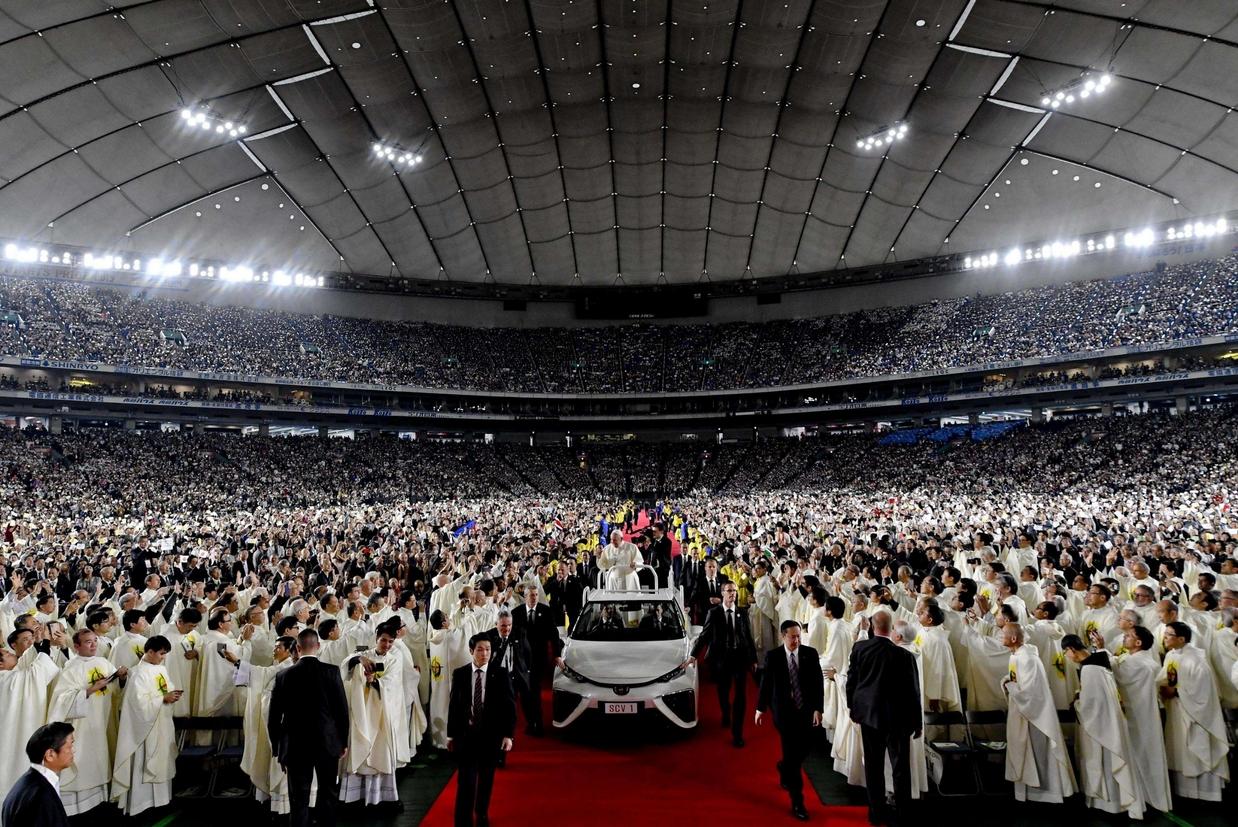 L'arrivo per la Messa al Tokyo Dome (Ansa)