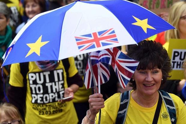 """Alla manifestazione, guidata dallo slogan """"Put It To The People"""" (""""Fate scegliere alla gente""""), c'erano anche il sindaco di Londra Sadiq Khan e il leader dei LiberalDemocratici, Vince Cable."""