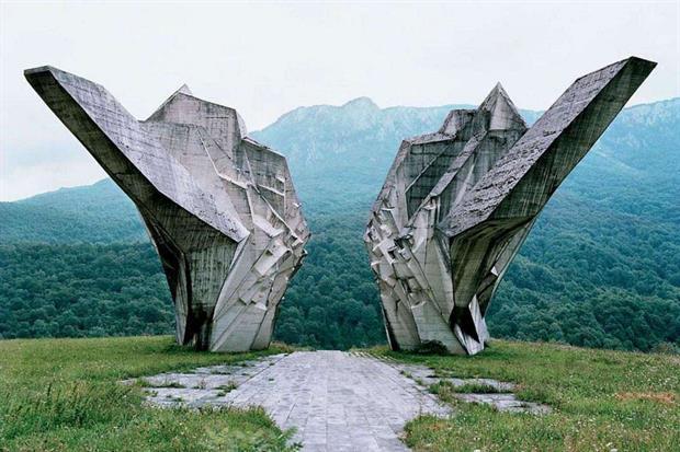 """Il memoriale della battaglia della Sutjeska (1971) a Tjentište, nell'attuale Repubblica Serba di Bosnia ed Erzegovina. Alto 19 metri e largo 25, è uno dei più impressionanti """"spomenik"""" di Tito (WikiCommons)"""