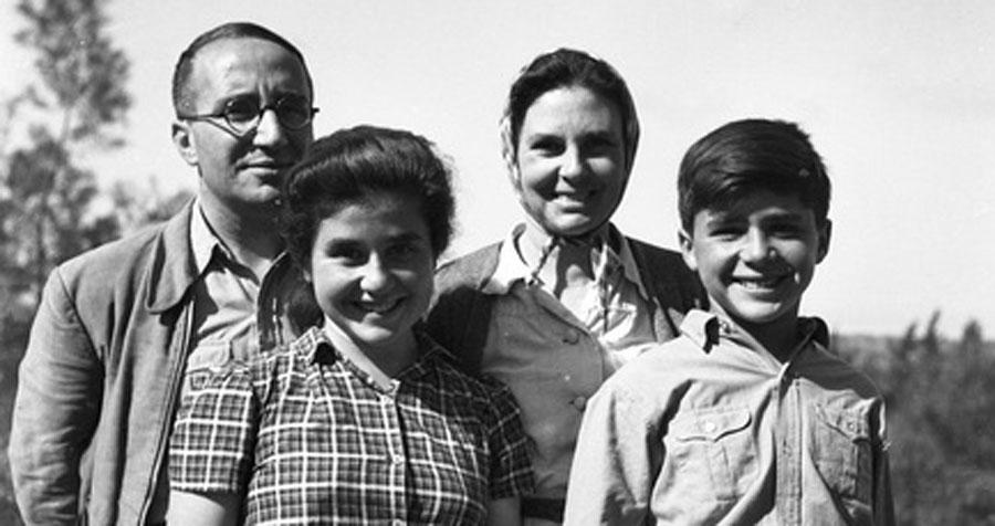 Enzo Sereni con moglie e figli