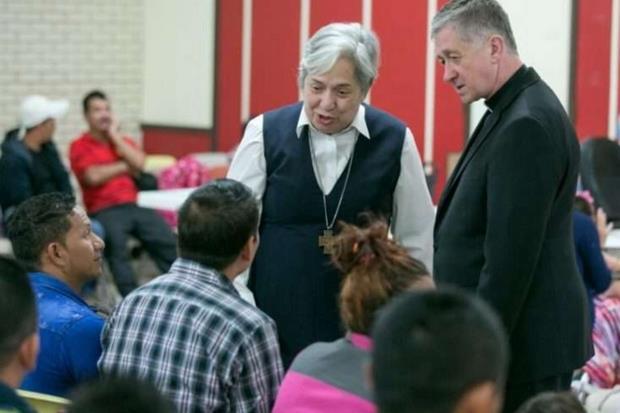 Suor Norma Piemental con alcuni migranti nel centro di accoglienza della Caritas (Agenzia Sir)