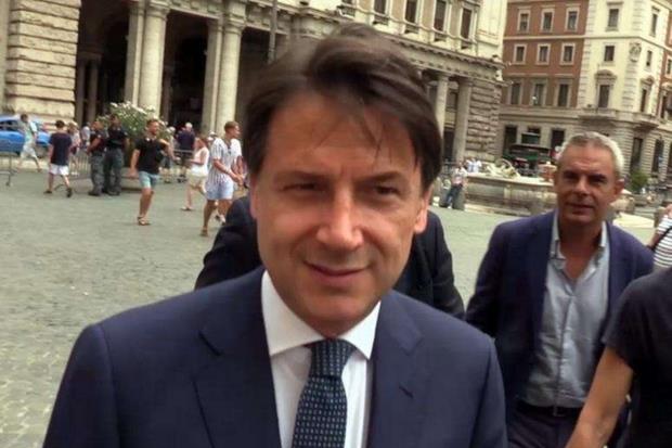 Il presidente del Consiglio Giuseppe Conte torna a Palazzo Chigi, a piedi, dopo un colloquio informativo con il presidente della Repubblica Sergio Mattarella  (ANSA ' ALANEWS)
