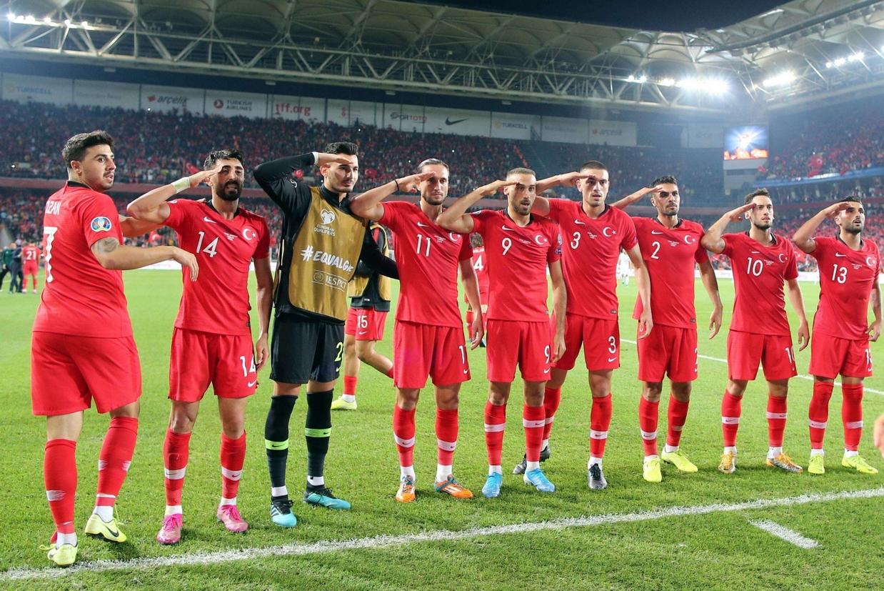 I calciatori della nazionale della Turchia hanno fatto il saluto militare alla fine della partita con l'Albania, l'11 ottobre, prendendo pubblicamente posizione a favore di Erdogan e della guerra contro i curdi siriani (Ansa)