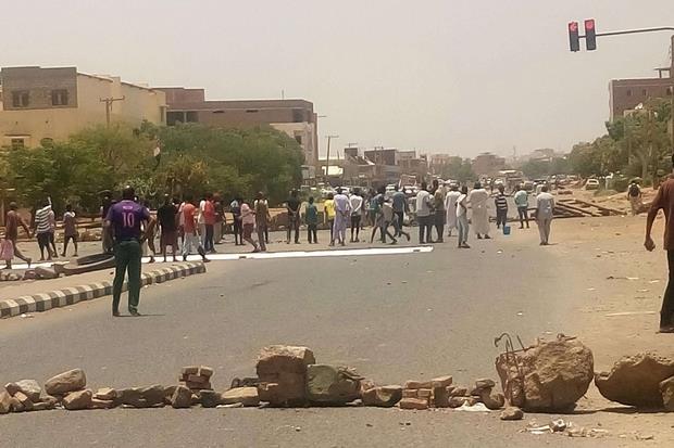 Tredici persone sono state uccise e centinaia ferite a Karthoum dopo che i militari sono intervenuti per disperdere un sit in di protesta (Ansa)