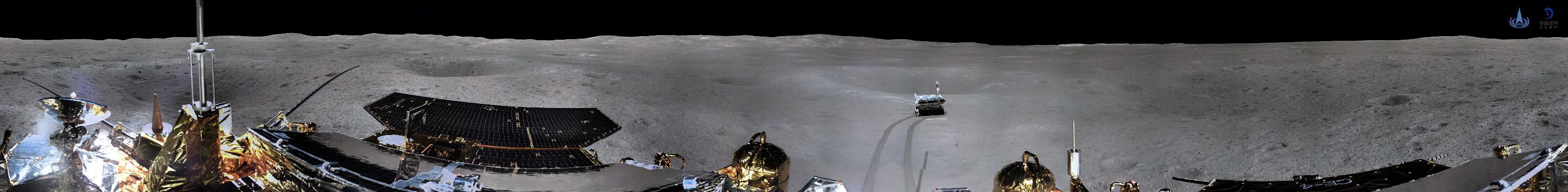 La foto panoramica, realizzata dalla missione spaziale cinese ha inviato la prima immagine panoramica del luogo di atterraggio, mostra il grigio paesaggio del lato oscuro della Luna. (China National Space Administration)