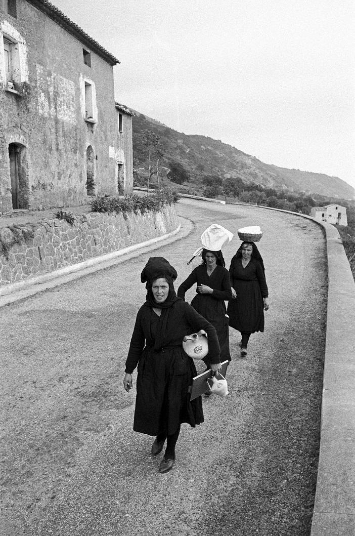 Mario De Biasi, 'Donne sulla strada tra Amantea e Scalea (Cosenza)', Calabria 1957 © Mario De Biasi per Mondadori Portfolio