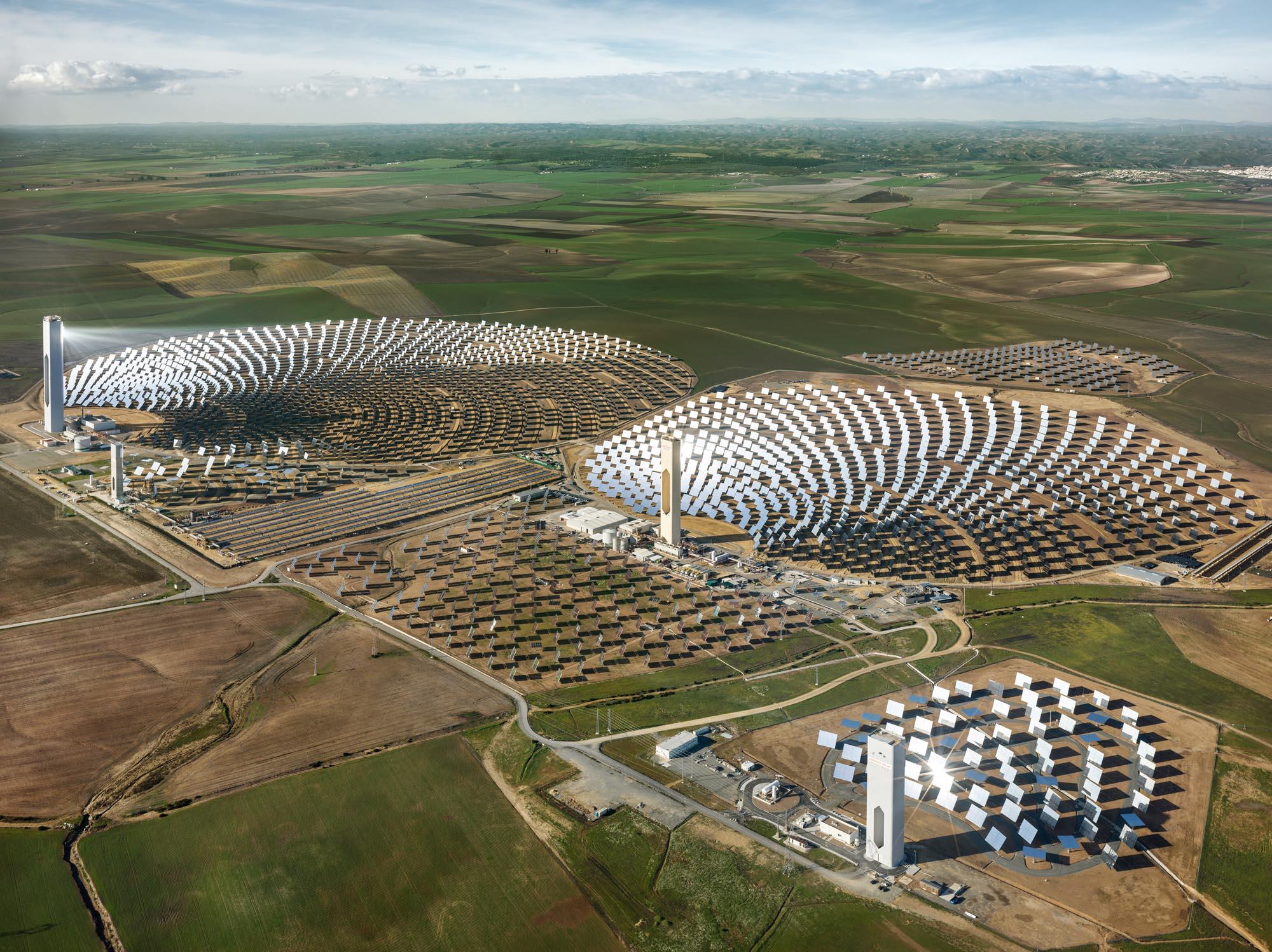 Edward Burtynsky, Anthropocene - Fondazione MAST PS10 Solar Power Plant, Seville, Spain 2013 Foto © Edward Burtynsky, cortesia Admira Photography, Milano ' Nicholas Metivier Gallery, Toronto