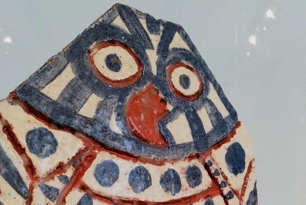 Un'opera ceramica di Picasso esposta a Faenza: lastra tagliata e dipinta a forma di civetta (1957)