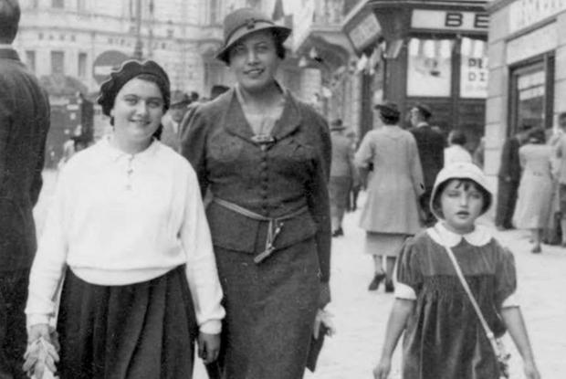 Renia a passeggio con la madre e la sorella scampate al genocidio