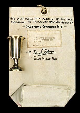 Il calice lunare e la borsa che lo ha contenuto durante il viaggio sulla Luna (Webster Presbyterian Church)