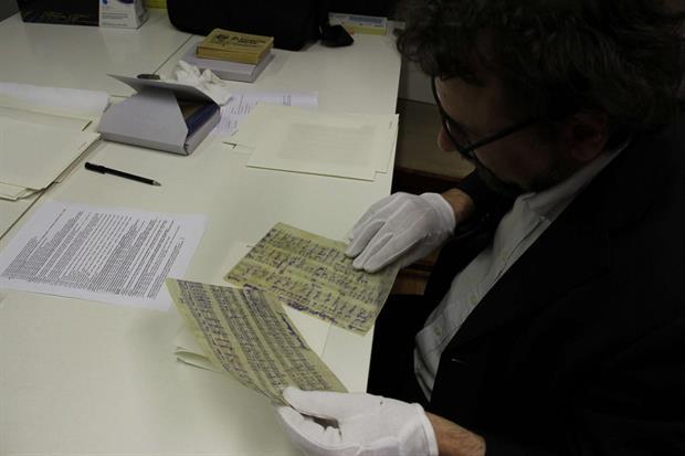 Francesco Lotoro al lavoro negli archivi di Terezín-Theresienstadt