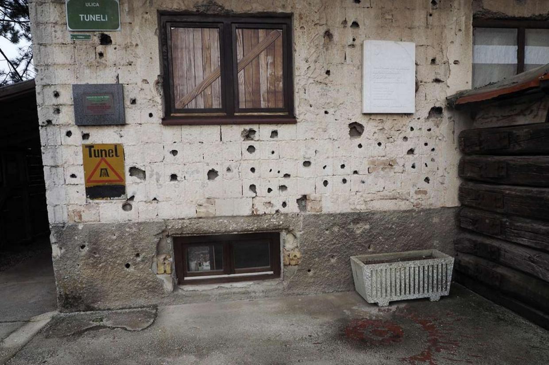 Una casa di Sarajevo ancora crivellata di colpi