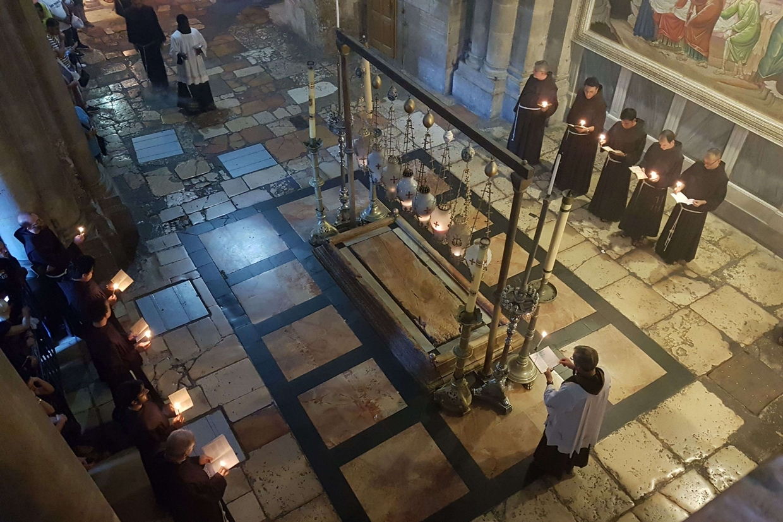 La processione quotidiana dei frati francescani nella Basilica del Santo Sepolcro a Gerusalemme (foto Gambassi)