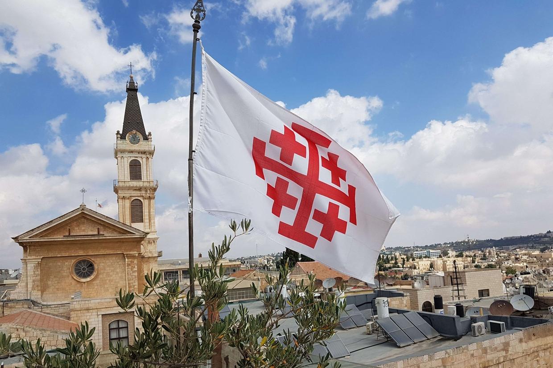 La bandiera con la croce della Terra Santa sopra i tetti di Gerusalemme (foto Gambassi)