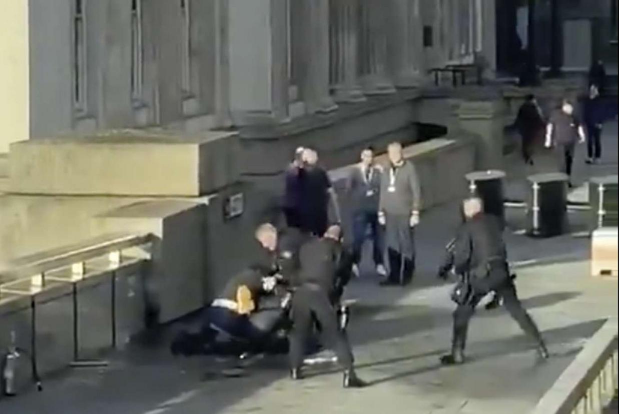 Gli agenti circondano il sospetto accoltellatore, nel fermo immagine di un video girato da un testimone (Ap)