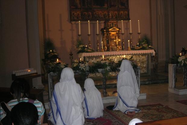 Un gruppo di suore in adorazione eucaristica