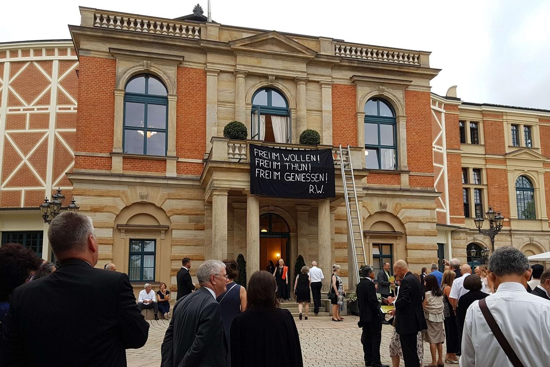 """Lo striscione sulla facciata del teatro di Bayreuth che rimanda all'allestimento di """"Tannhäuser"""""""