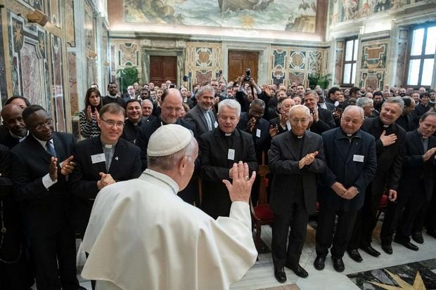 Il saluto in Vaticano del Pontefice a tutti i membri e studenti della Pontificia Accademia Alfonsiana (Ansa)