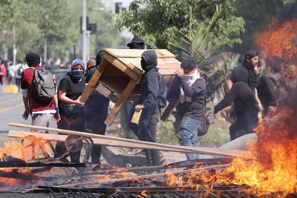 Dimostranti incendiano oggetti in segno di protesta. Le manifestazioni contro il carovita sono degenerate in atti di vandalismo e saccheggi (Ansa)