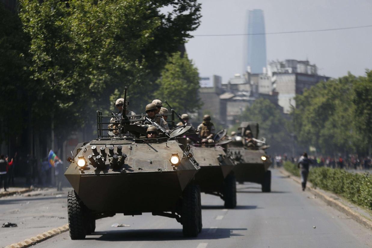 Militari con i carri armati pattugliano le strade della capitale cilena (Ansa)