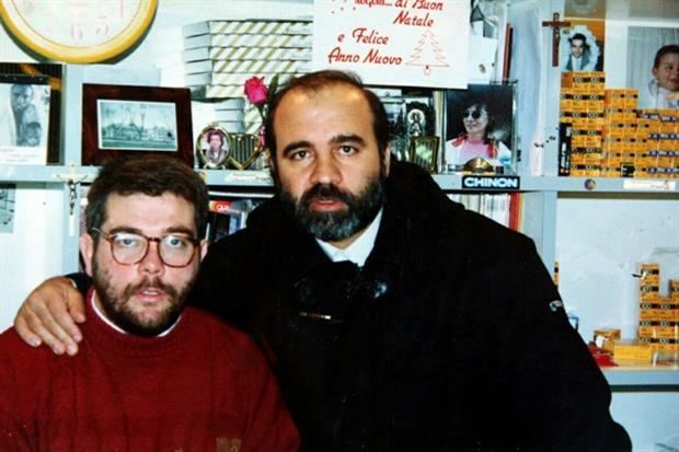 Don Peppe Diana, al centro, con l'amico Augusto De Meo