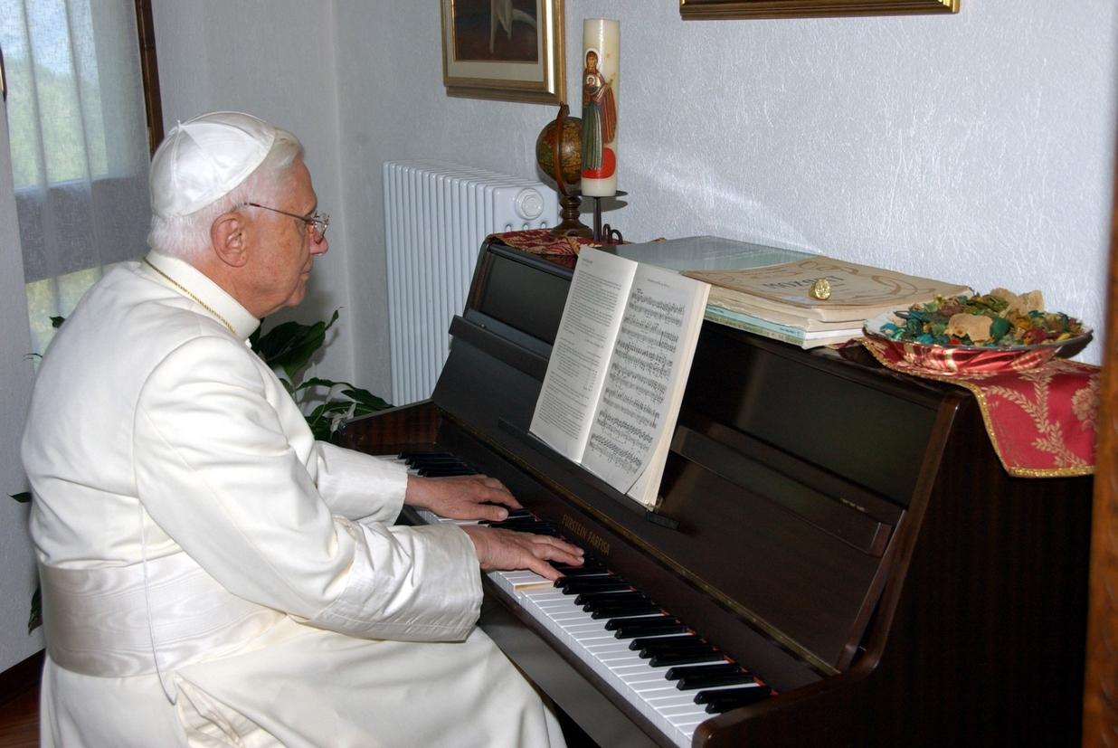 Benedetto XVI al pianoforte nello chalet di Les Combes in Val d'Aosta nel 2006