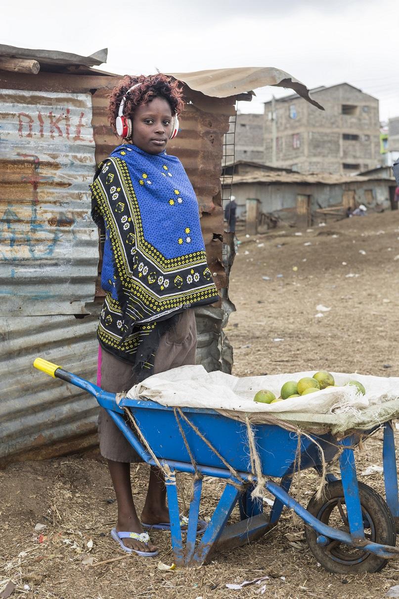 """""""Le ragazze dello slum di Mathare"""" di Filippo Romano per la mostra """"Talking Hands, tre racconti al femminile per NoWalls"""""""
