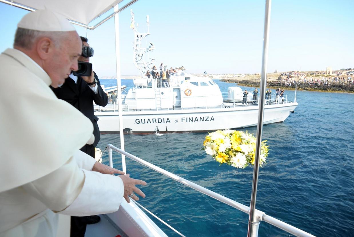 Papa Francesco a Lampedusa nel 2013 (foto Osservatore Romano)