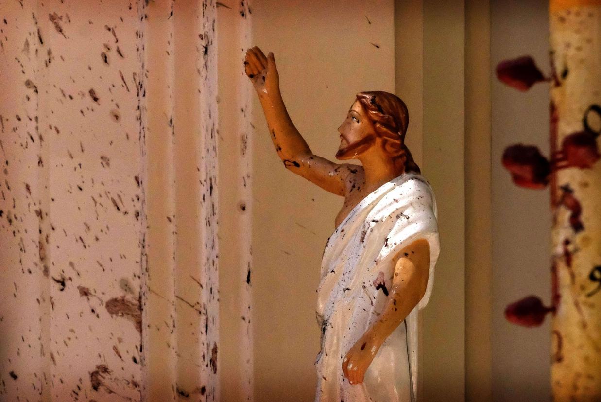 Statua di Cristo insanguinata nella chiesa di San Sebastiano a Negombo (Ansa)