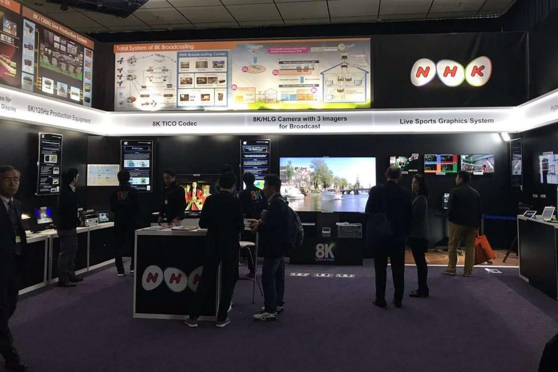 Uno stand che mostra la tv del futuro progettata dall'Nhk, l'emittente di Stato giapponese