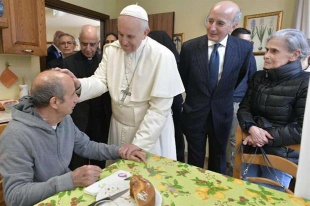 Papa Francesco saluta gli ospiti del Villaggio Emanuele a Roma (Vatican Media)