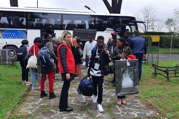 I profughi arrivano al Mondo Migliore di Rocca di Papa con gli oggetti più cari (foto L.Liverani)