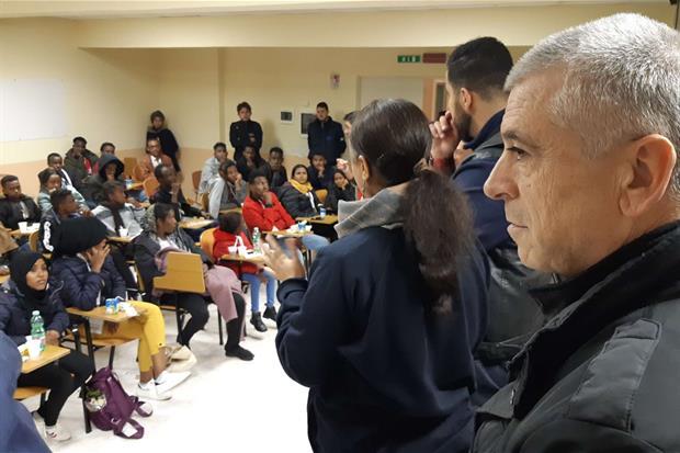 Il direttore della Caritas monsignor Francesco Soddu saluta i 66 profughi