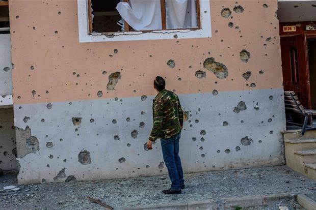 Il muro di una casa crivellato di colpi nella città di Terter