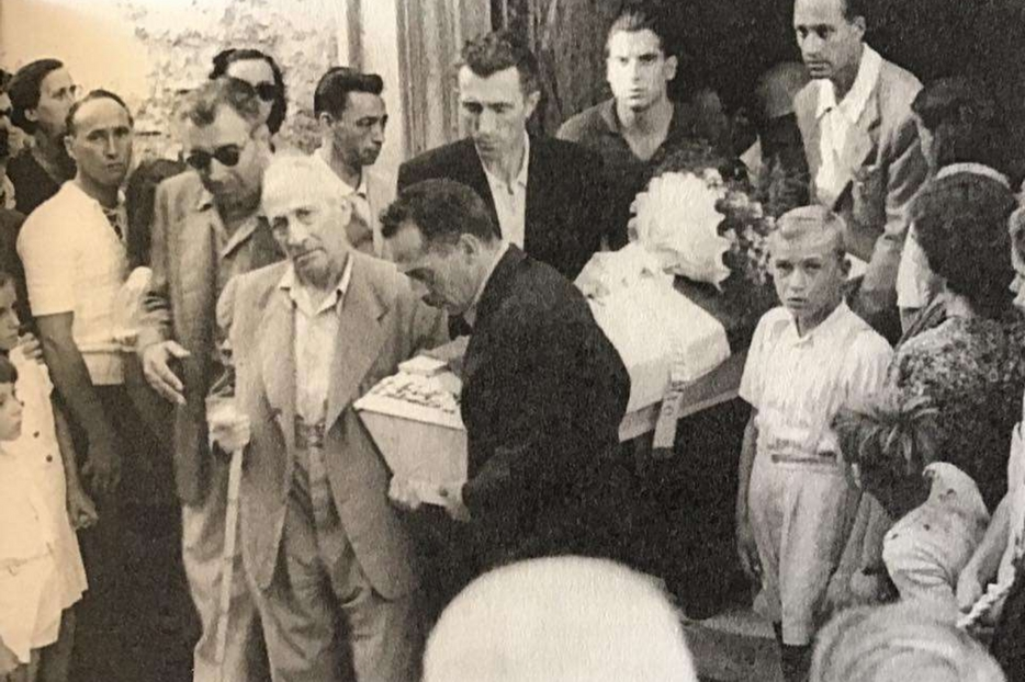 Il dott Micheletti (primo a destra vestito di scuro) porta la bara dei suoi due bambini (di uno si trovò solo la scarpina)