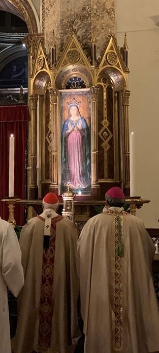 Il cardinale Bassetti davanti alla Madonna delle Grazie nella Cattedrale di Perugia