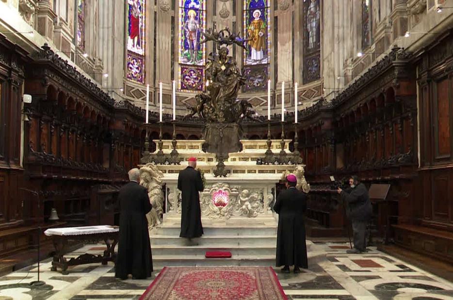 Il cardinale Bagnasco ai piedi della Madonna Regina a Genova