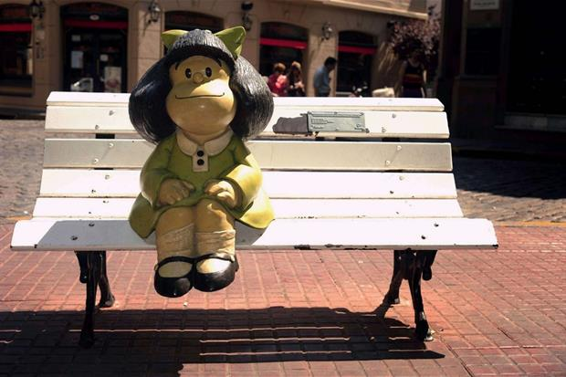 Una panchina a Buenos Aires con la statua di Mafalda, la piccola dalle mille domande scomode