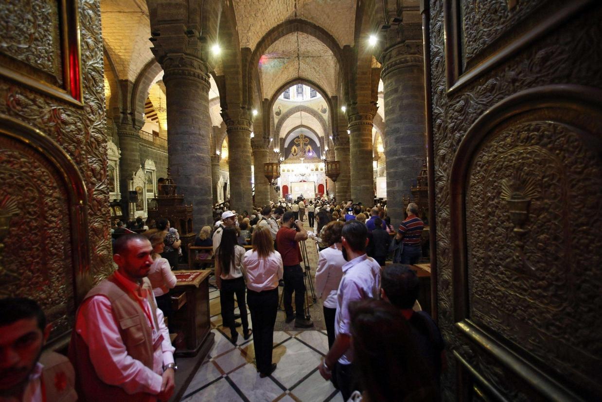La preghiera in una chiesa cristiana a Damasco