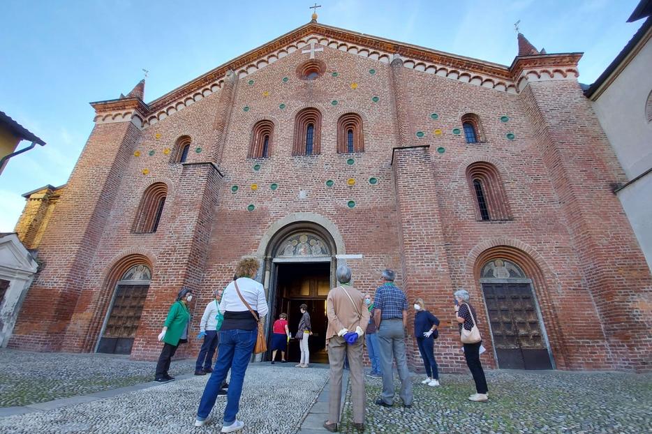 La parrocchia di Santa Maria Rossa nel quartiere di Crescenzago alla periferia di Milano
