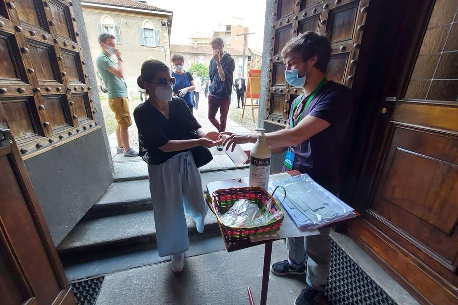 Il gel disinfettante distribuito domenica all'ingresso della chiesa di Crescenzago a Milano