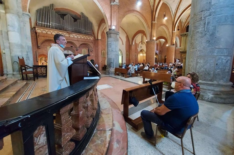Don Franco Amati durante la Messa di domenica in cui ha riabbracciato la sua comunità a Milano