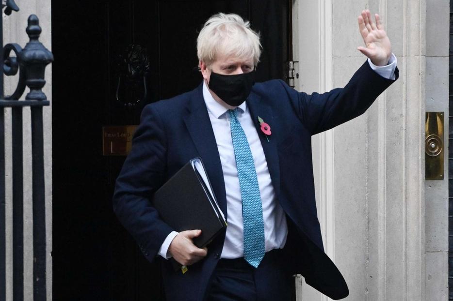 Boris Johnson lascia Downing street per andare a Westminster a difendere davanti ai deputati il nuovo lockdown nazionale