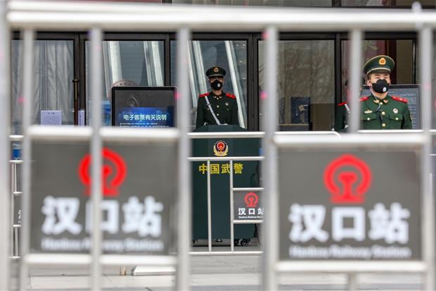 Una guardia sorveglia una stazione della metropolitana di Wuhan sbarrata. Era il 23 gennaio
