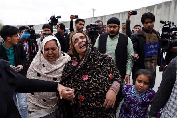 I parenti degli ostaggi all'esterno dell'edificio sotto assedio